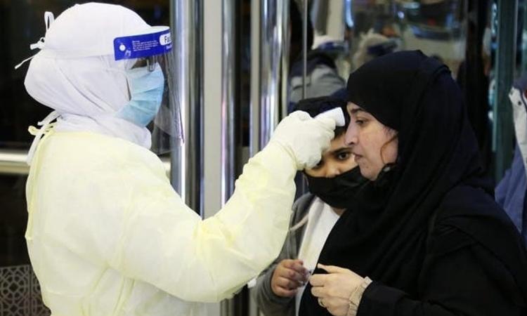 Nhân viên ở sân bayVua Khalid tại Arab Saudi kiểm tra thân nhiệt hành khách hồi tháng một. Ảnh: Reuters.