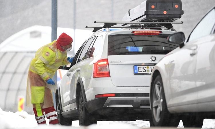 Nhân viên y tế kiểm tra nhiệt độ của một tài xế tại cửa khẩu biên giới Brenner Pass giữa Áo và Italy ngày 10/3. Ảnh: Reuters.