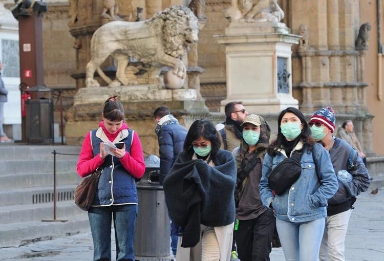 Người dân đeo khẩu trang khi ra đường tại Florence, Italy, ngày 7/3. Ảnh: Reuters.