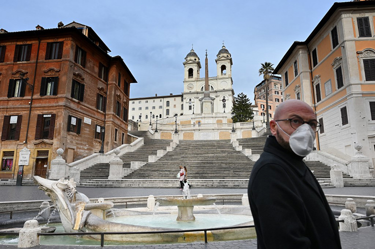Một du khách Tây Ban Nha đi qua trung tâm thủ đô Rome, Italy hôm 12/3. Ảnh: AFP
