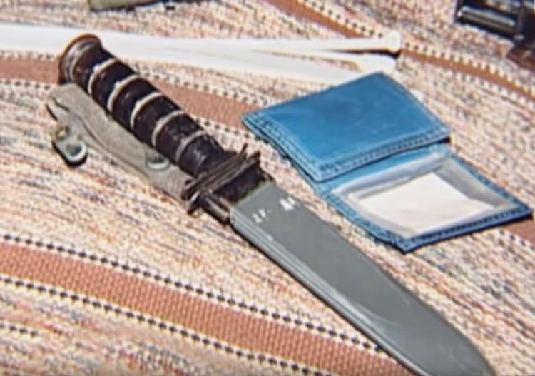 Cảnh sát tìm thấy túi dây rút và con dao trên xe của David. Ảnh: Filmrise.