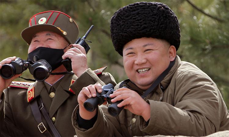 Chủ tịch Kim Jong-un (bên phải) thị sát cuộc tập trận của quân đội Triều Tiên hôm 9/3. Ảnh: KCNA.
