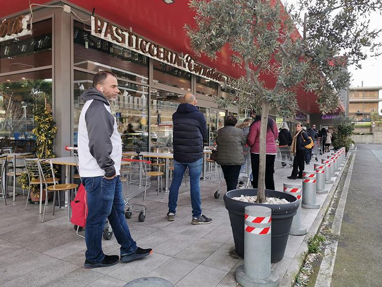 Người dân xếp hàng cách nhau ít nhất 1 mét tại một siêu thị ở Rome sau khi có lệnh phong toả hôm 11/3. Ảnh: Trần Ngọc Huyền