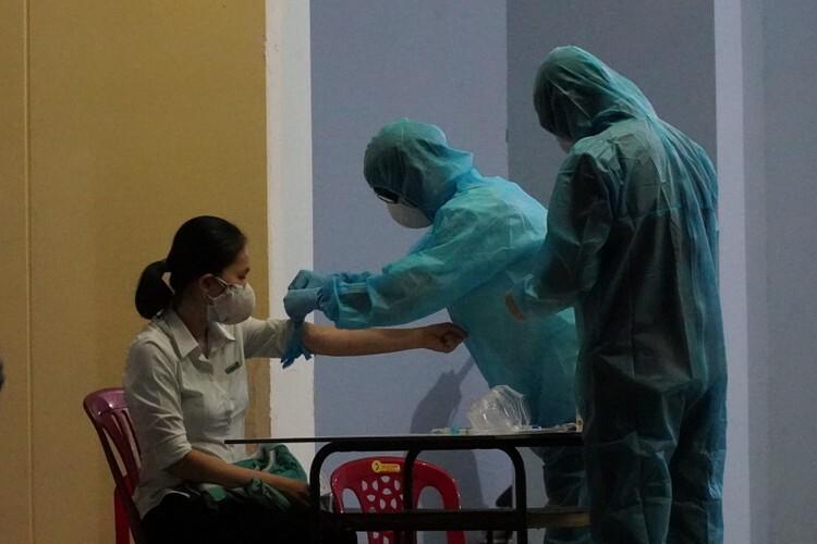 Những đồng nghiệp làm ngân hàng ở Phan Thiết tiếp xúc với bệnh nhân 38, được lấy mẫu tối 11/3,đều có kết quả âm tính. Ảnh: Việt Quốc