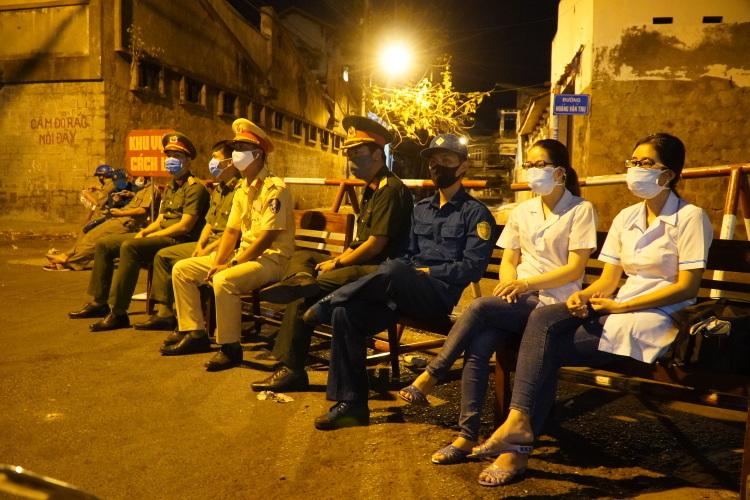 Nhân viên y tế, cảnh sát, quân đội và dân phòng túc trực tại chốt canh khu vực cách ly ổ dịch ở Phan Thiết sau 0 giờ 13/3. Ảnh: Việt Quốc