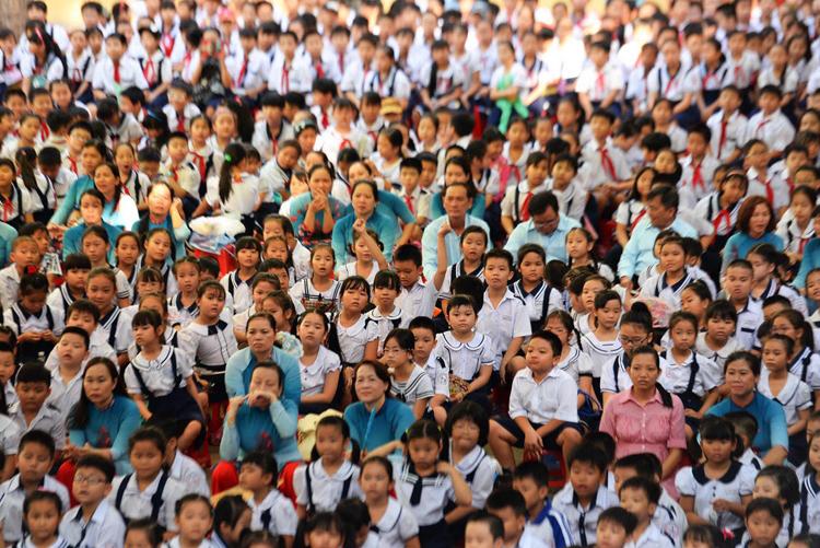 Thầy trò trường tiểu học An Hội, quận Gò Vấp, TP HCM, trong giờ tập trung tại sân trường. Ảnh: Hữu Khoa