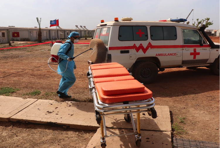 Nhân viên y tế khử trùngxe và trang thiết bị sau khi vận chuyển bệnh nhân nghi ngờ mắc bệnh truyền nhiễm. Ảnh: BVDC 2.2