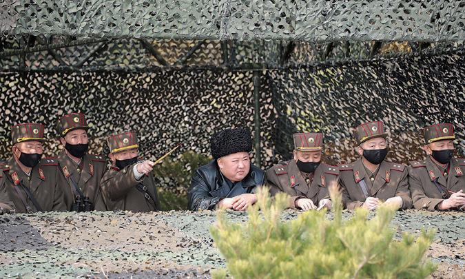 Kim Jong-un (mũ đen) thị sát cuộc tập trận hôm 12/3. Ảnh: KCNA.