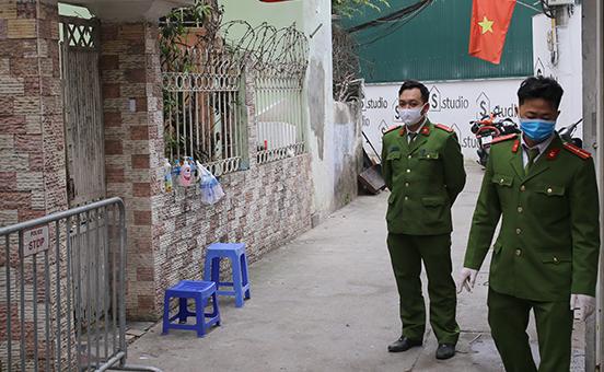 Công an làm việc ở khu vực cách ly ở ngõ 12/250 Khương Trung (Thanh Xuân). Ảnh: Tất Định