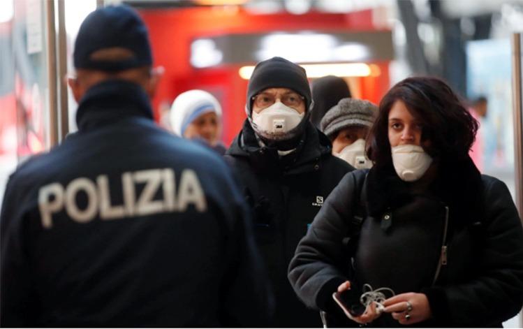 Người dân ở Milan, Italy đeo khẩu trang tại ga tàu điện ngầm. Ảnh: AP.