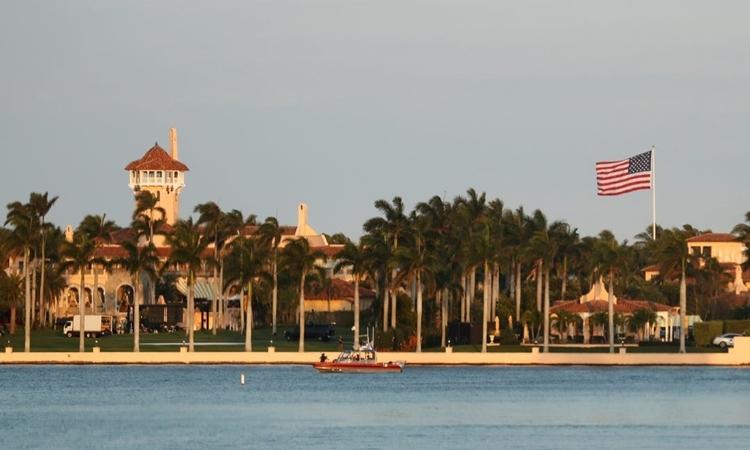 Cảnh sát tuần tra quanh khu nghỉ dưỡng Mar-a-Lago của Trump ở Florida ngày 17/2. Ảnh: Reuters.