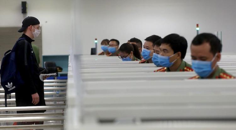 Công an cửa khẩu Nội Bài làm thủ tục nhập cảnh cho công dân nước ngoài hôm 11/3. Ảnh: Bá Đô