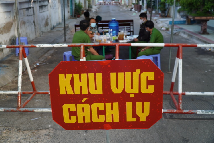 Hai tuyến phố Ngô Sĩ Liên và Hoàng Văn Thụ, TP Phan Thiết bị cách ly do có 4 người nhiễm nCoV từ bệnh nhân 34. Ảnh: Việt Quốc