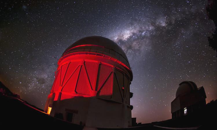 Kính viễn vọng Blanco, Chile, được sử dụng trong dự án  Khảo sát Năng lượng Tối. Ảnh: Digital Trends.