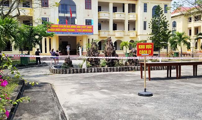 15 du du khách cách ly ở Trường cán bộ Hội Nông dân Việt Nam, ở phường Cửa Đại. Ảnh: Huỳnh Chín.