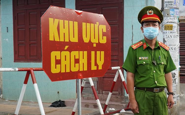 Cảnh sát canh gác ở đầu đường Ngô Sĩ Liên,khu vựcđang bị cách ly ở TP Phan Thiết. Ảnh: Việt Quốc.