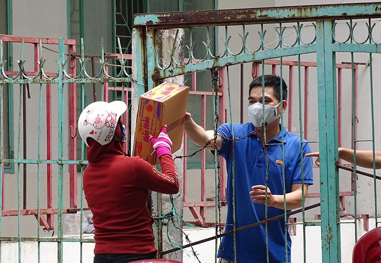 Cư dân chung cư nhờ người từ bên ngoài mang thực phẩm đến vì không thể ra ngoài. Ảnh: Hà An