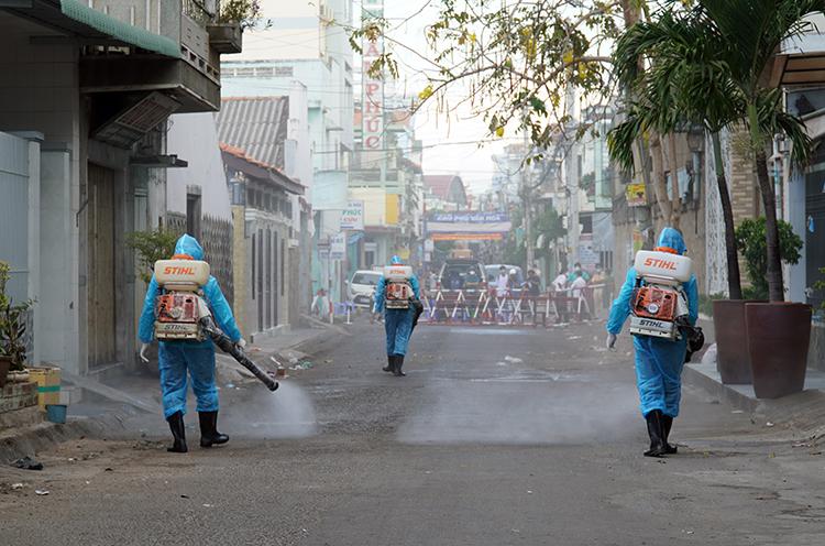 Phun thuốc khử khuẩn tại khu vực cách ly nCoV trên đường Ngô Sĩ Liên, TP Phan Thiết, sáng 14/3. Ảnh: Việt Quốc
