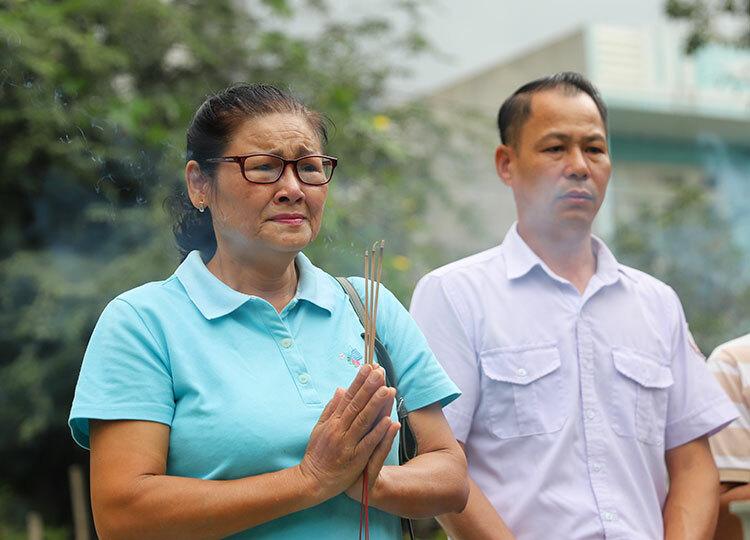 Bà Nguyễn Thị Bích Lạc mắt đỏ hoe khi trong lễ giỗ 32 năm của chồng và đồng đội. Ảnh: Nguyễn Đông.