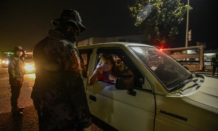 Lực lượng an ninh Philippines kiểm tra ngẫu nhiên một phương tiện lưu thông tạiManila đêm qua. Ảnh: AFP.