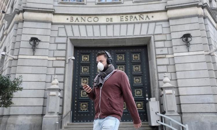 Người dân đeo khẩu trang trên đường phố Barcelona, Tây Ban Nha, ngày 14/3. Ảnh: Reuters.