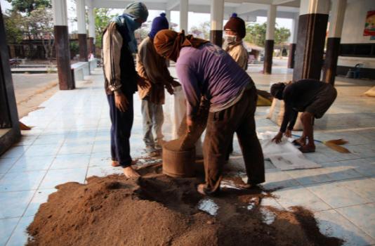 Dân làng ở tỉnh Ratchaburi, phía tây Thái Lan, và sốphân dơi lấy từ một hang động địa phương hôm 14/3. Ảnh: Reuters