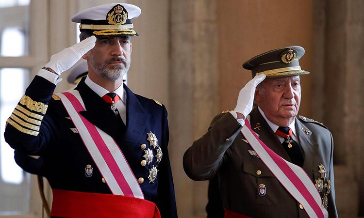 Quốc vương Tây Ban Nha cắt trợ cấp của cha