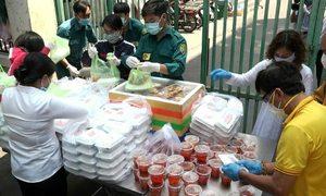 Phát cơm miễn phí cho cư dân bị phong tỏa
