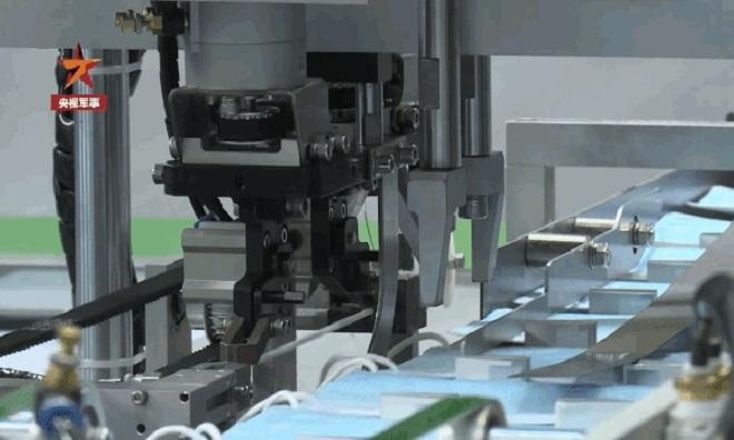 Máy sản xuất khẩu trang do Viện Công nghệ Sản xuất của AVIC) phát triển. Ảnh: CGTN.