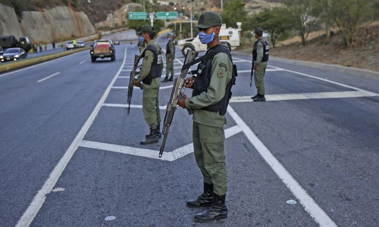 Binh sĩ Venezuela diễn tập phong tỏa Caracas hôm 15/3. Ảnh: AFP.