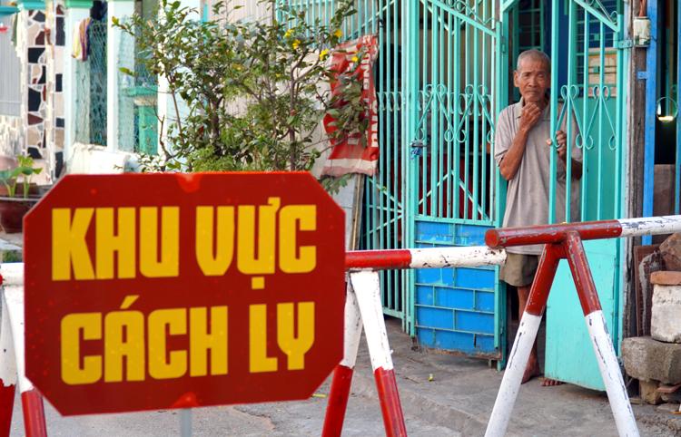 Người dân ở phường Đức Thắng, Phan Thiết, bị cách ly vìbệnh nhân 34 đã lây nhiễm cho nhiều người. Ảnh: Việt Quốc.