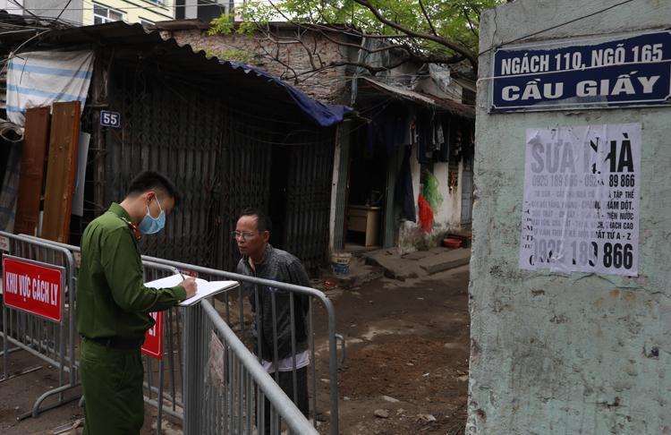 Một số hộ dân ở Ngõ 165 Cầu Giấy bị cách ly sau khi phát hiện trường hợp bệnh nhân CoVid-19. Ảnh: Ngọc Thành.
