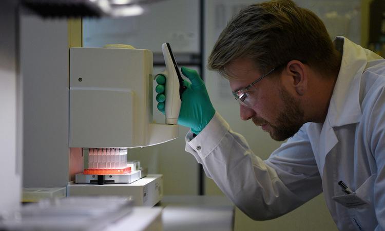 Nhân viên tại phòng nghiên cứu vaccine nCoV của CureVac hôm 12/3. Ảnh: Reuters.
