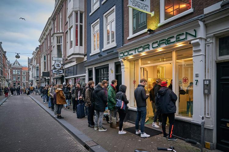 Dòng người xếp hàng trước một tiệm cần sa ở thành phố The Hague, Hà Lan hôm 15/3. Ảnh: AFP