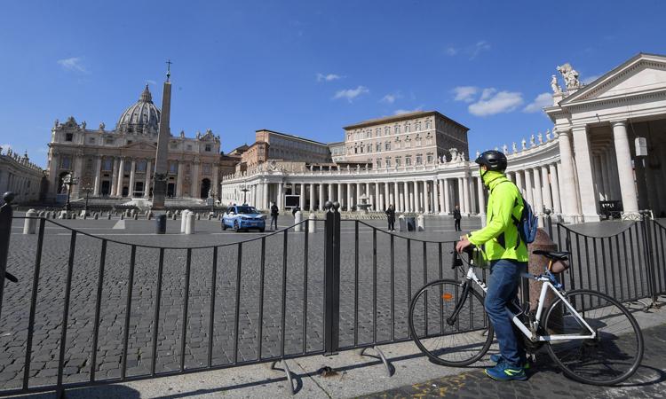 Người dân đứng bên Quảng trường St. Peter, Vaticanhôm 15/3 trong lúc Italy đang phong tỏa toàn quốc. Ảnh: Reuters.