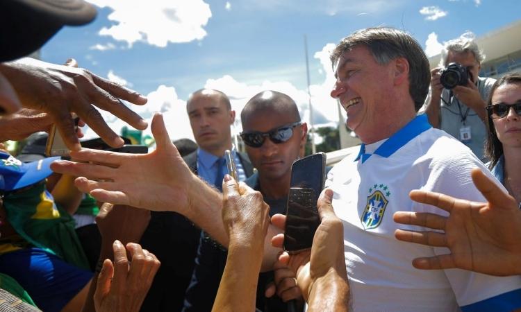 Tổng thống Brazil Jair Bolsonaro bắt tay, chụp ảnh cùng người ủng hộ tại Brasilia hôm 15/3. Ảnh: Reuters.