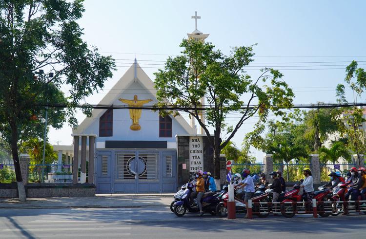 Nhà thờ Chính tòa Phan Thiết đã ngừng cử hành thành lễ từ hôm 13/3. Ảnh: Việt Quốc.
