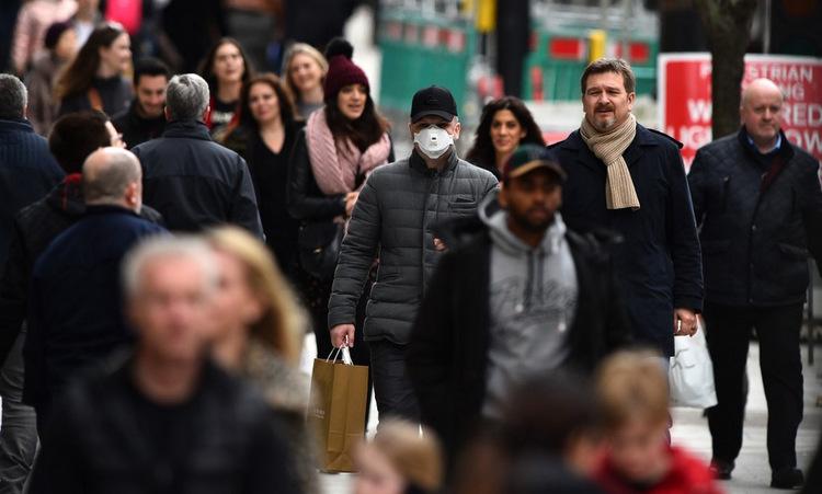 Người dân trên đường phố trung tâm London hôm 14/3. Ảnh: AFP.