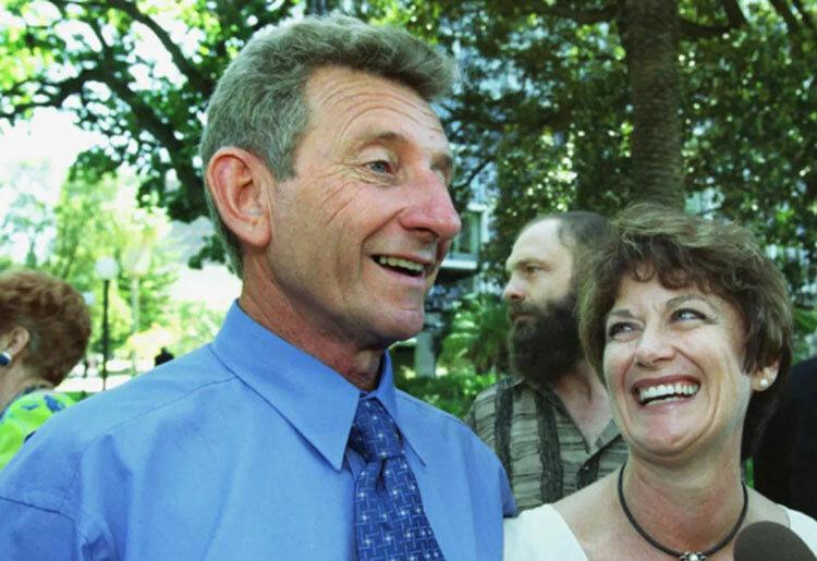 John Button (trái) cùng nữ nhà báo giúp ông giải oan. Ảnh: West Australian Today.