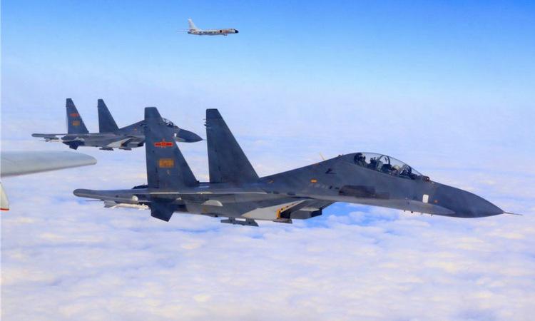 Biên đội J-11 hộ tống oanh tạc cơ H-6K trên eo biển Đài Loan hồi năm 2018. Ảnh: PLAAF.