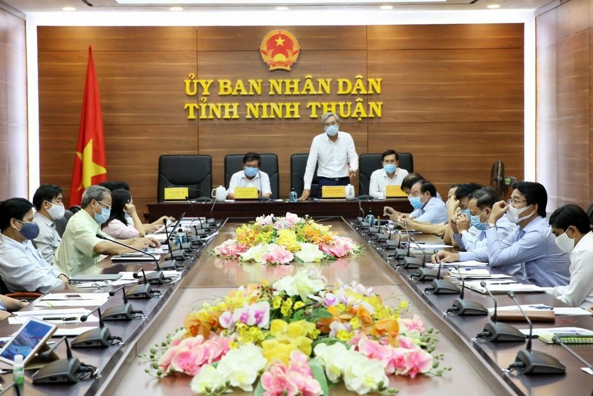 UBND tỉnh Ninh Thuận họp phòng chống dịch Covid-19, chiều 17/3. Ảnh: Trường Nguyên