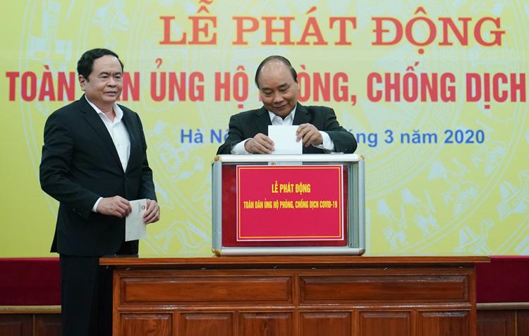 Thủ tướng Nguyễn Xuân Phúc trực tiếpủng hộ chống Covid-19. Ảnh: VGP