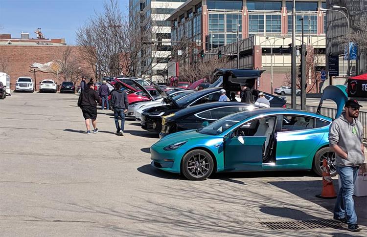 Không chỉ trưng bày, triển lãm tự phát của những người đi xe Tesla còn cho phép khách tham quan lái thử. Ảnh: Facebook