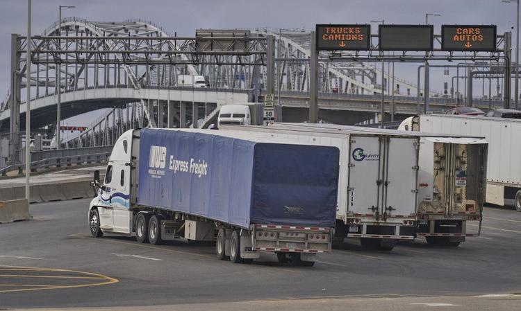 Xe tải xếp hàng tại cửa khẩu biên giới tỉnh Ontario của Canada hôm 16/3. Ảnh: AFP.