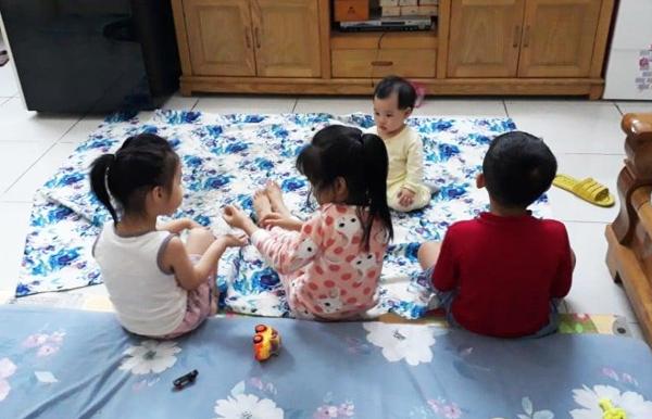 Cô Nguyễn Quỳnh Hoa nhận trông thêm vài học sinh trên lớp để kiếm thêm thu nhập. Ảnh: Quỳnh Hoa.