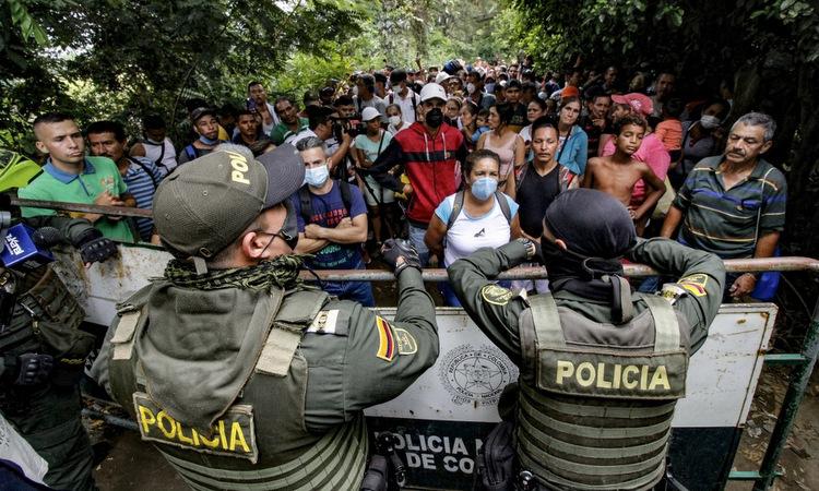 Cảnh sát Colombia chặn người di cưtại cửa khẩu Cucuta hôm 15/3. Ảnh:AFP.
