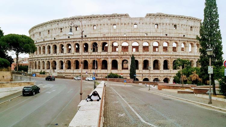 ??u tr??ng La M? (Colosseum), th? ?? Rome, v?ng bóng ng??i trong bu?i sáng ??u tiên sau l?nh phong t?a. ?nh: Ly D?t Th?.