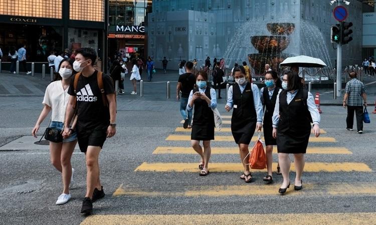 Người dân Malaysia đeo khẩu trang phòng dịch trên đường phổ thủ đô Kuala Lumpur hôm 16/3. Ảnh: AFP.