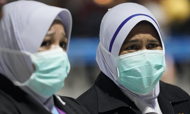 Nhân viên y tế tại chốt kiểm tra sân bay quốc tế Kuala Lumpur hồi cuối tháng 1. Ảnh: AFP.