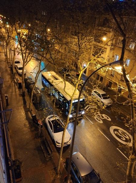 Khu phố nơi Thảo ở tại Madrid vắng bóng người tối 16/3. Ảnh: Nhân vật cung cấp.